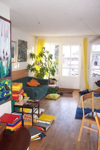 kleines Südzimmer mit Balkon - München - Townhouse