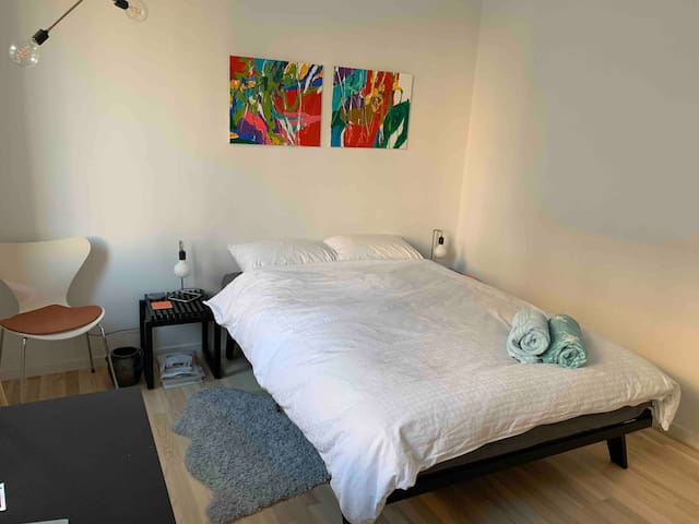 Lovely room close to the city centre and harbour.