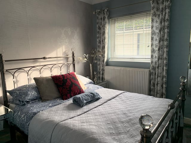 Double bedroom/private bathroom in shared house