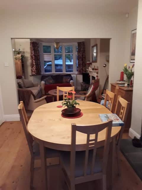 Single room in lovely house between Bath + Bristol