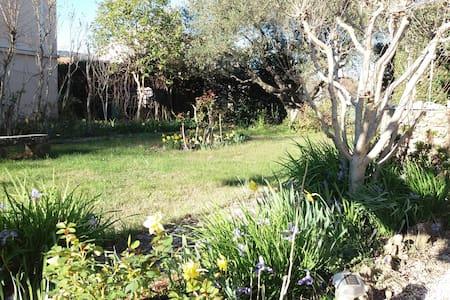 Brignoles- Appart RDC Villa avec jardin au calme.