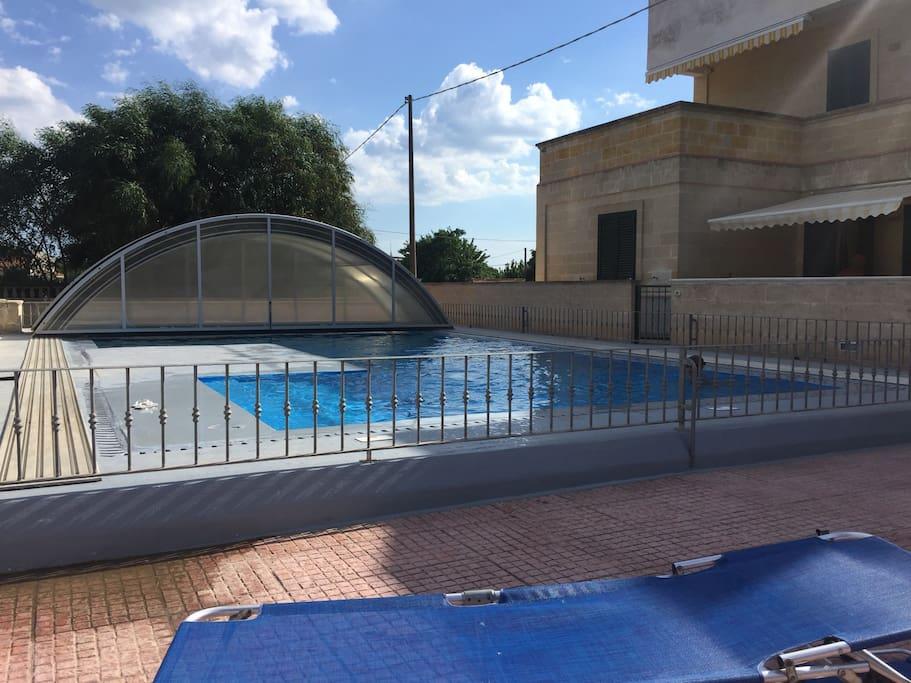 La piscina privata a uso di proprietari e ospiti del piccolo residence protetto e recintato (solo 15 app.ti)