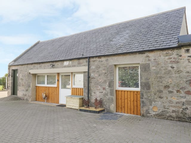 MUIRYHALL STEADING, pet friendly, with hot tub in Elgin, Ref 980302