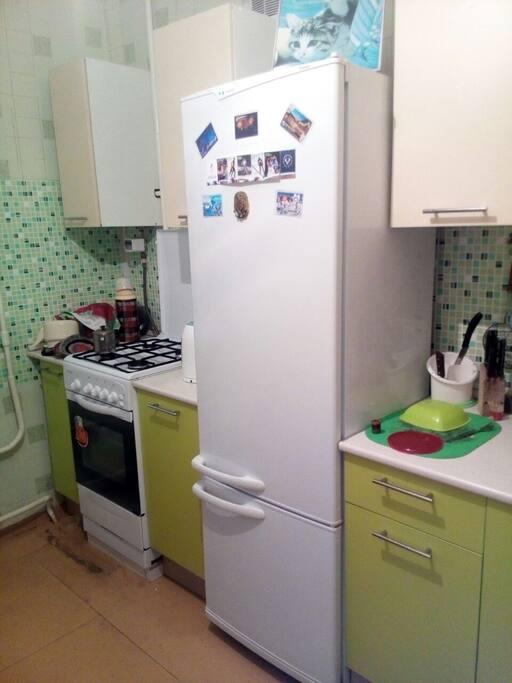 кухня со всеми удобствами. имеется стиральная машина, микроволновая печь, холодильник, газовая плита