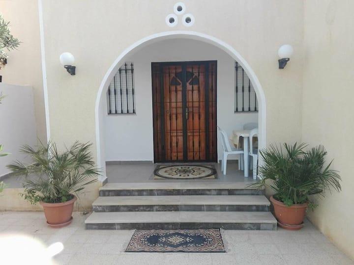 Belle maison en position stratégique a Djerba . H
