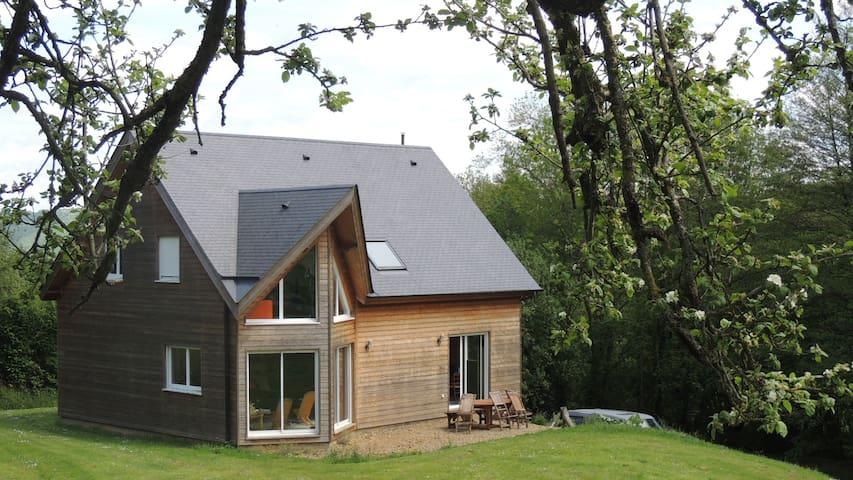 Maison en bois de 150 m2 avec jardin de 1600 m2 - Clécy