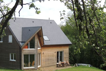 Maison en bois de 150 m2 avec jardin de 1600 m2 - Clécy - Almhütte
