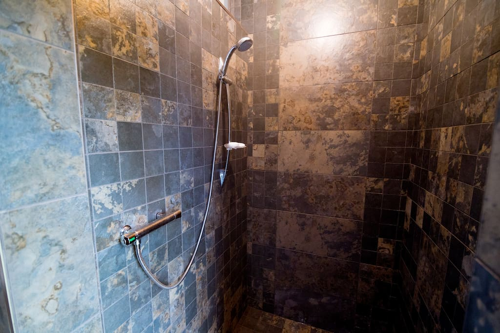 Grande douche en céramique