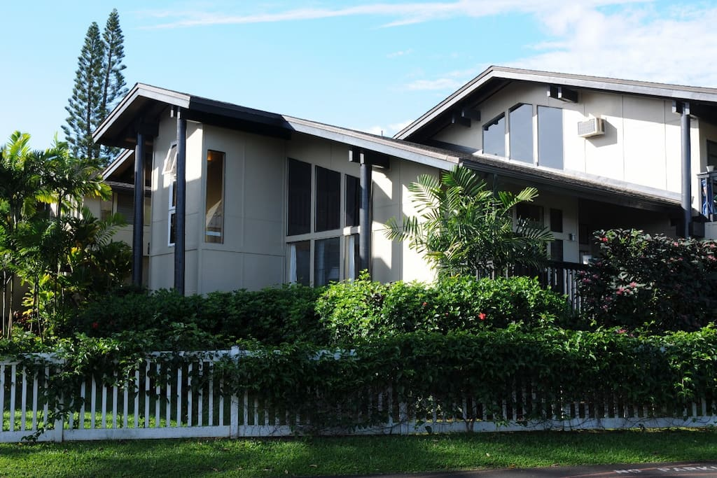 End unit townhouse in tropical garden setting. No one above or below!