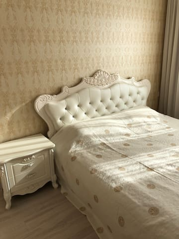 主客房卧室,1.8米大床。阳光充足。干净消毒的卧具。双层遮光窗帘。室内平均温度23至27度。让您尽享北国冬季的舒适与温暖。
