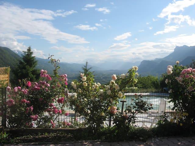 Maison avec vue, espace, montagnes et piscine