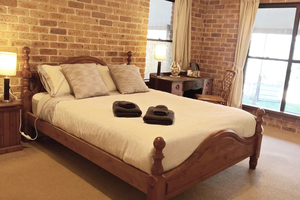 Queen Size Bed with electric blanket and luxury bedding (and the view!!!)