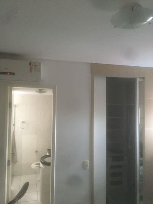 Suite com closet e ar condicionado.
