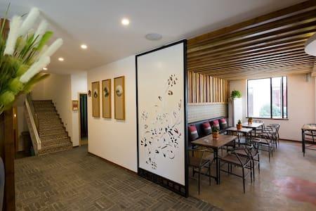 观景大床、双人间坐落在美丽的桃花江边,依山畔水,有各种美食跟特色餐厅 - Villa