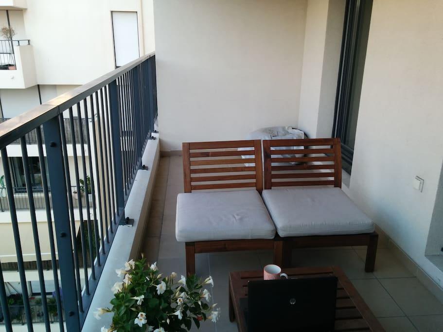 La terrasse de 11 m² au calme. Exposée Sud.