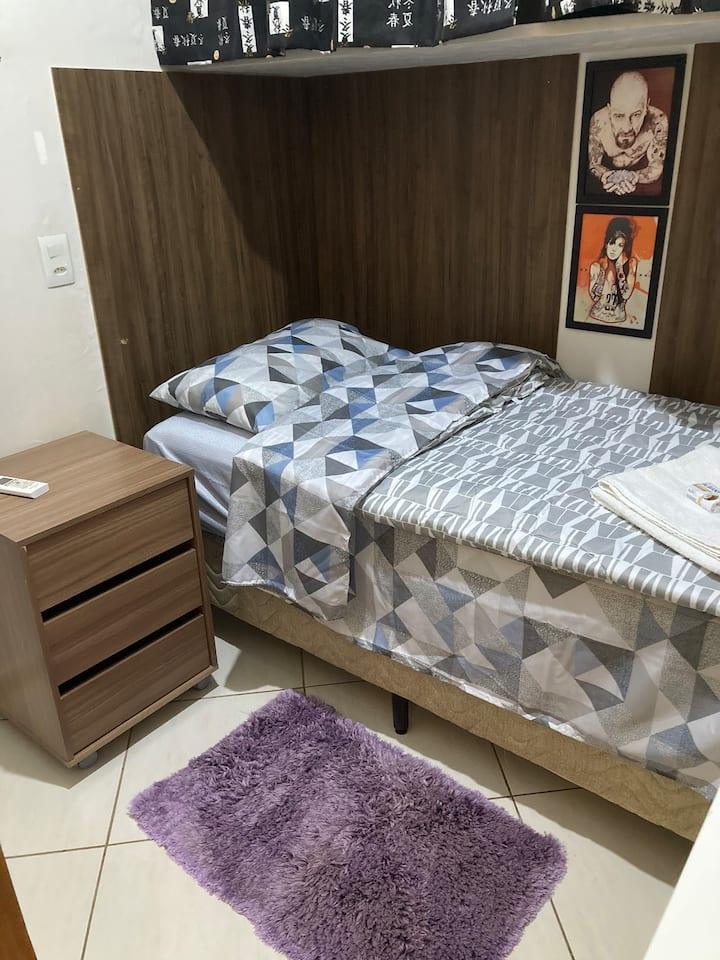 Quartinho pequenininho:cama de solteiro, ar e tv.