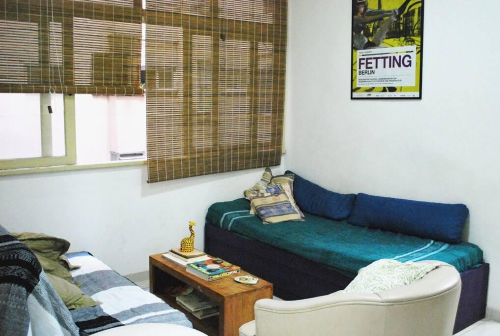 Sala de estar com cama de solteiro
