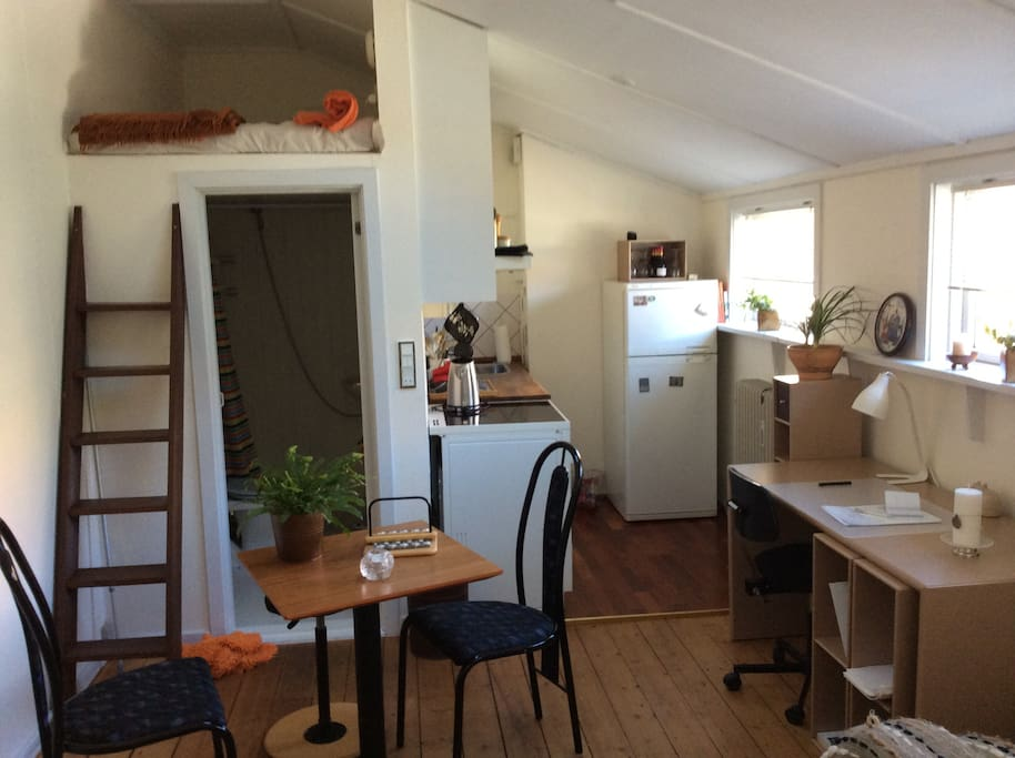 Stuen med det lille køkken. En lille spiseplads