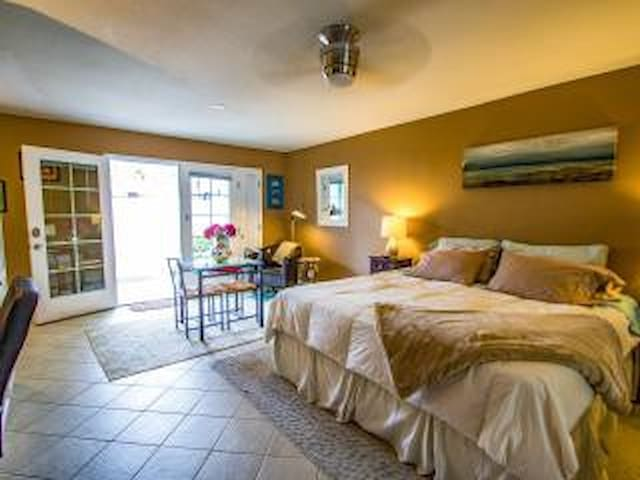 SPACIOUS and Private Studio Get Away-KING BED - San Diego - Casa
