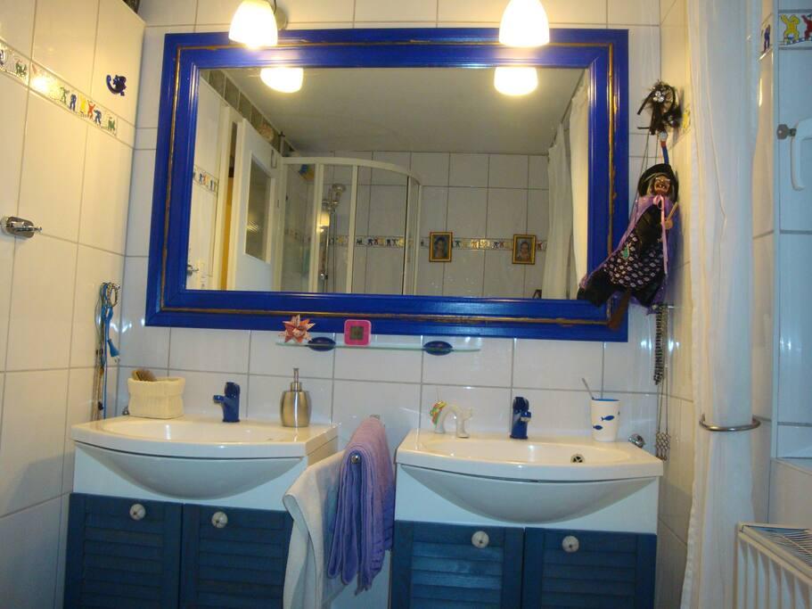 Duschbad mit 2 Waschbecken direkt neben dem Zimmer