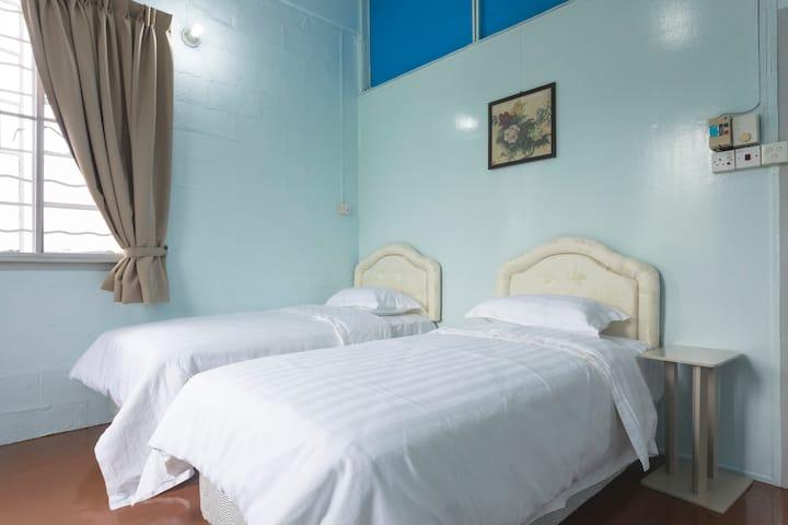 Room 1 丹容亚路镇 店屋二楼房间1, Tanjung aru cozy shophouse