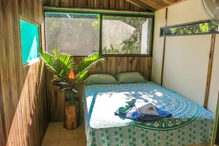 ECOfriendly shipping container home 100m to beach - Rumah