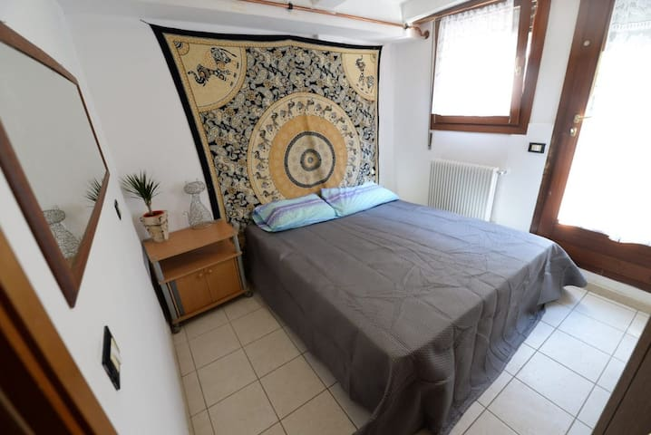 Comfy & cheap room 15 minutes from Venice (Room 2)