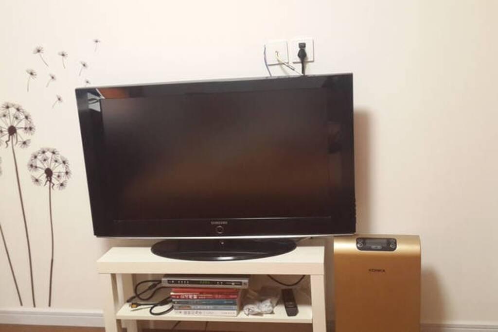 卧室电视和空气净化器。