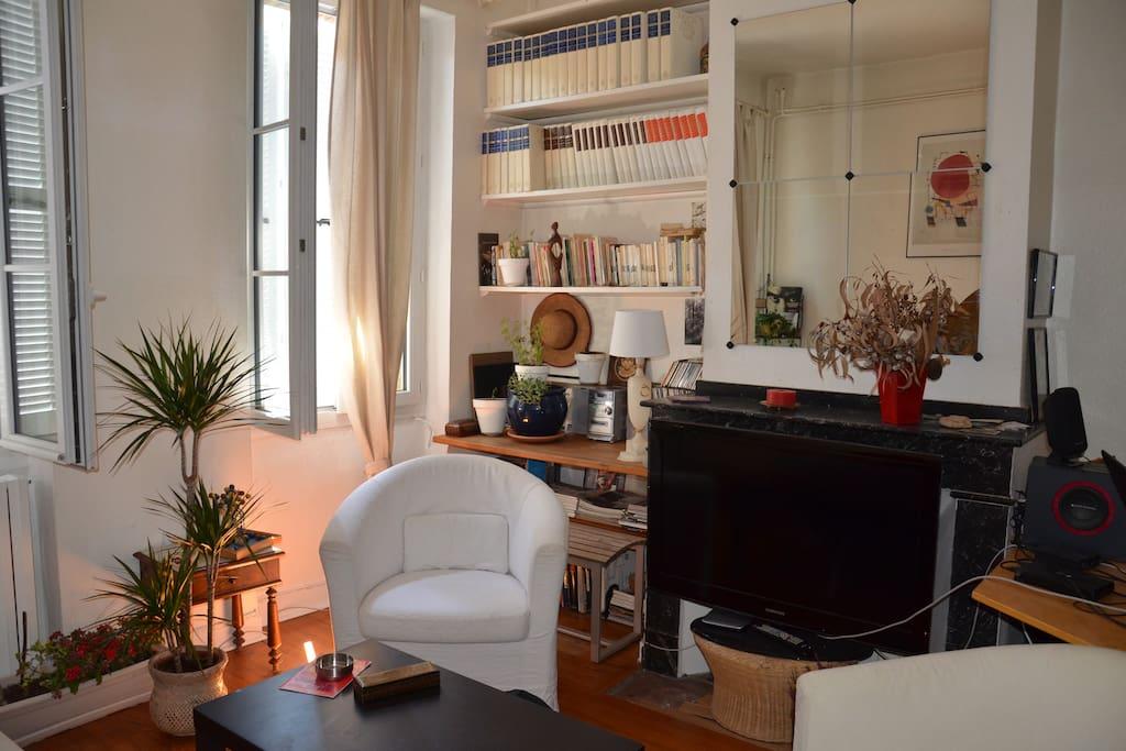Salon : Ecran plat LCD, revues cinéma, photographie, ...