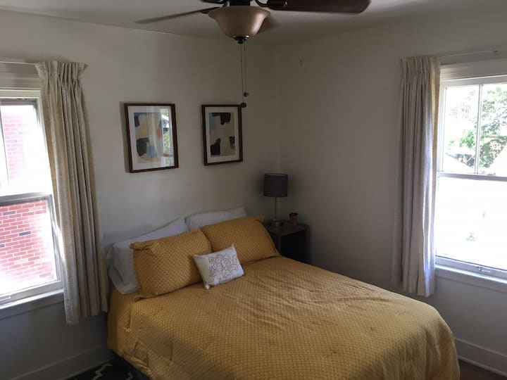 Sophisticated room close to Toledo hospital. Room1
