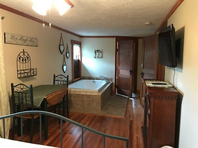 """Hocking Hills Inn"", Jacuzzi Suite"