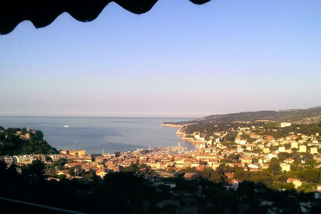 Le soleil se lève sur le port et la baie de Cassis