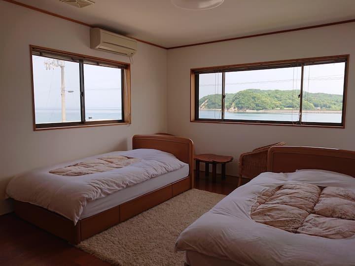 香川と徳島の間、瀬戸内海と安戸池の間、静かで眺めのいい洋室