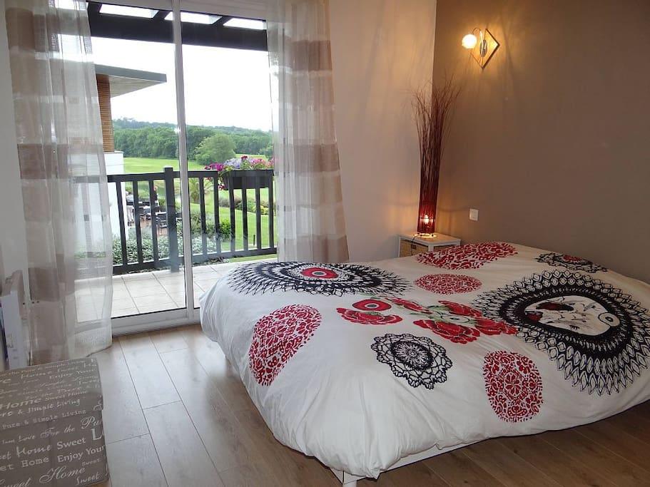 Chambre avec lit double 160 donnant sur balcon + grand placard