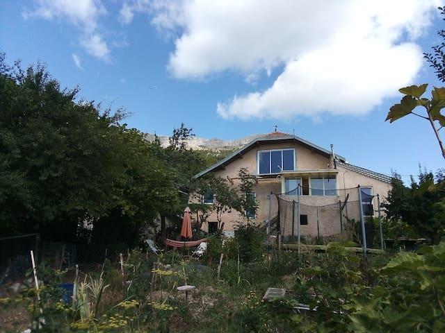 Maison au pied de la falaise de Ceüse