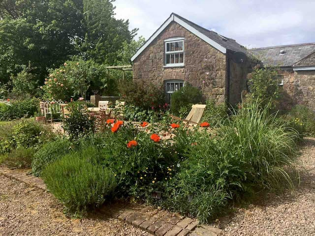 Quirky, cosy, romantic cottage in pretty grounds