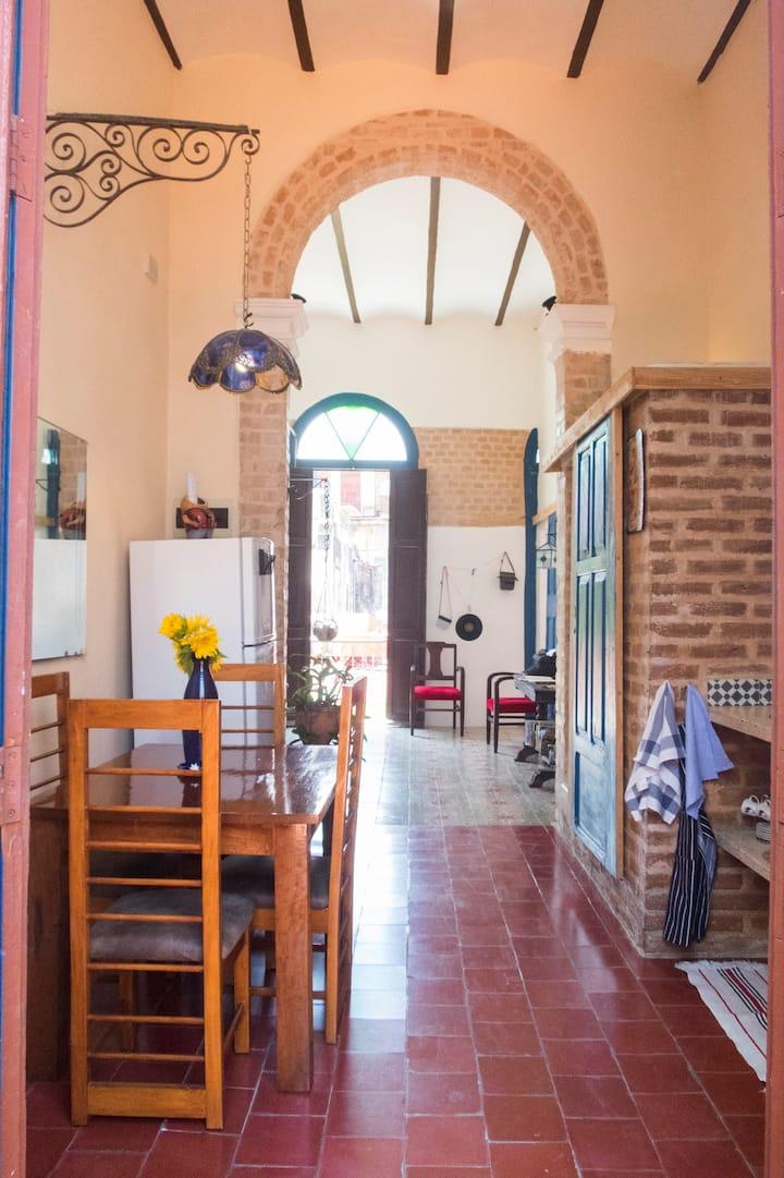 Vintage Apt, Balcony, Patio & Rooftop | Wifi |