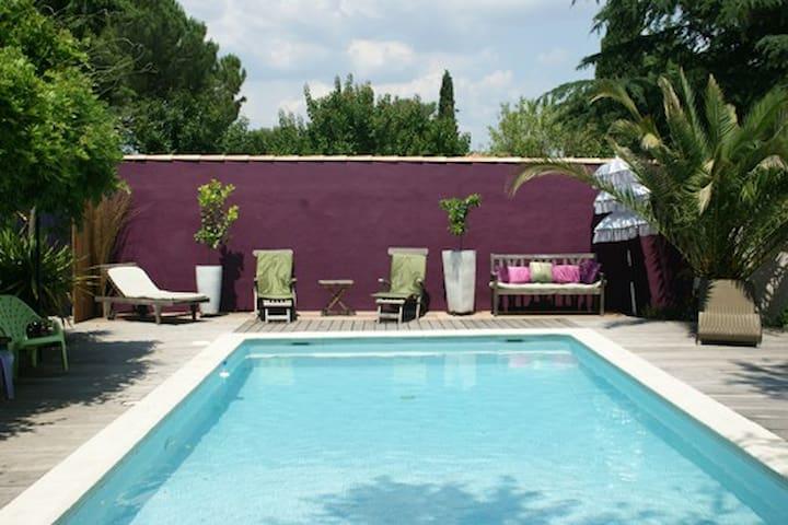 Jardin zen autour de la piscine en toute intimité