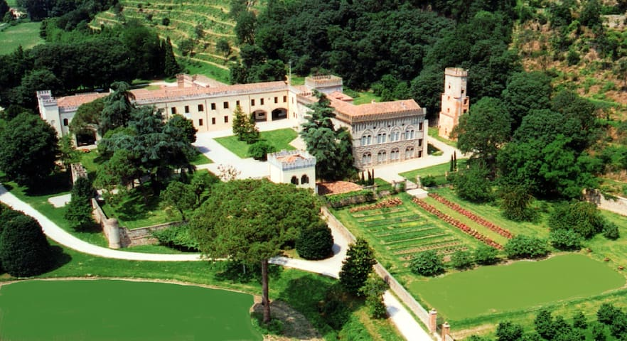 Portico- Stunning ancient Castle with heated pool