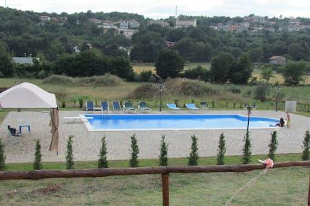 Tenuta con piscina vicino Napoli - Liberi