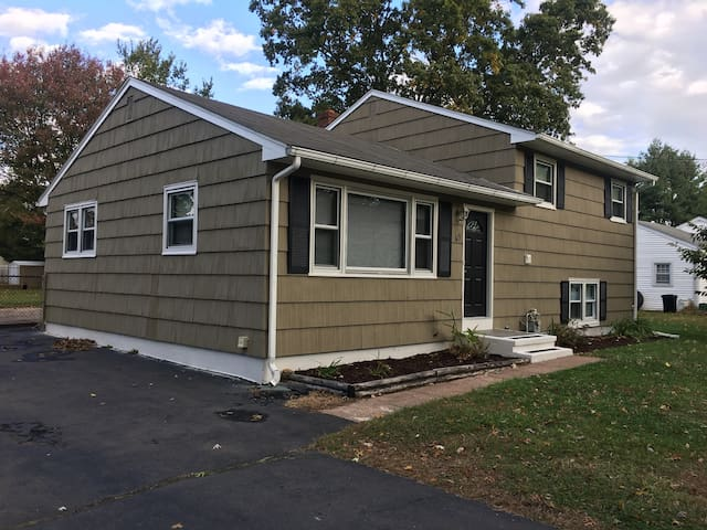 Entire 3 bed/1.5 ba house Extended Stays & Pets OK