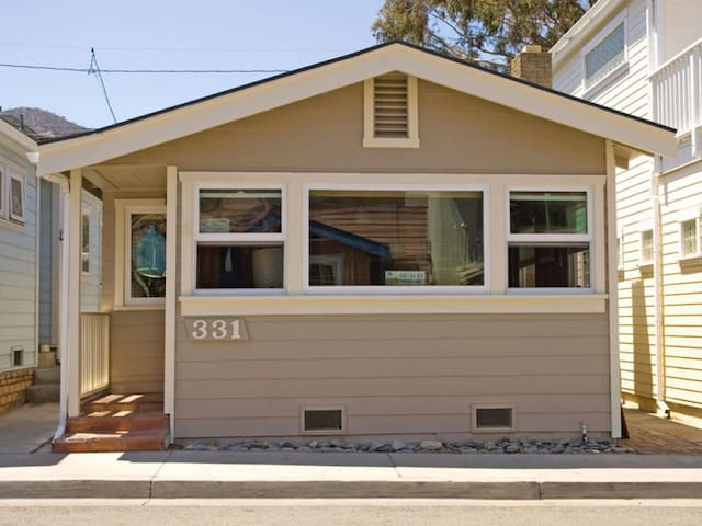 Quaint House, 3 Blocks from Downtown, Tandem Bedrooms, Open Living Space - 331 Descanso