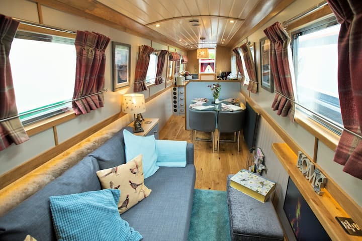 Stay on Arthur Owl, our Luxury Boutique Narrowboat