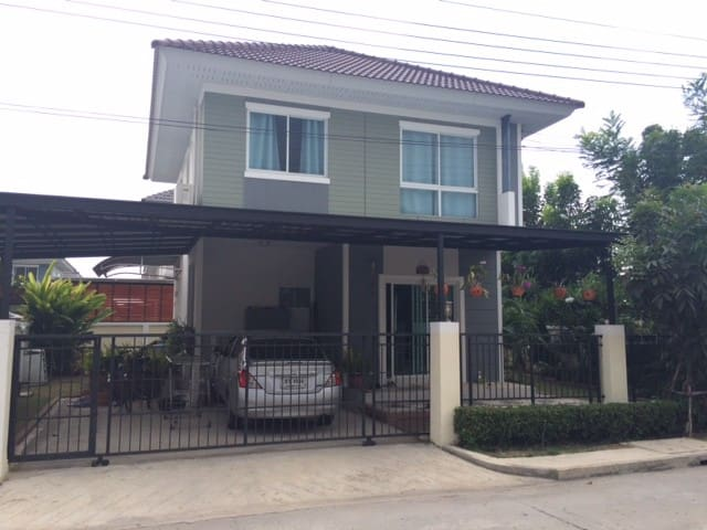 Noy and Brian's house near airport - TH - House
