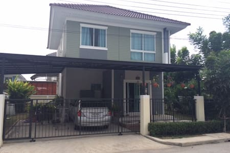 Noy and Brian's house near airport