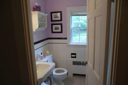 Room and bath near Belmont CC - Belmont - House
