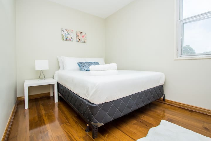 ☆Charming & Spacious Room in a House ☆☆ Downtown!