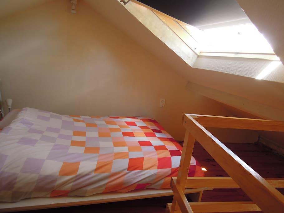 Une jolie chambre en mezzanine sous les rayons du soleil!