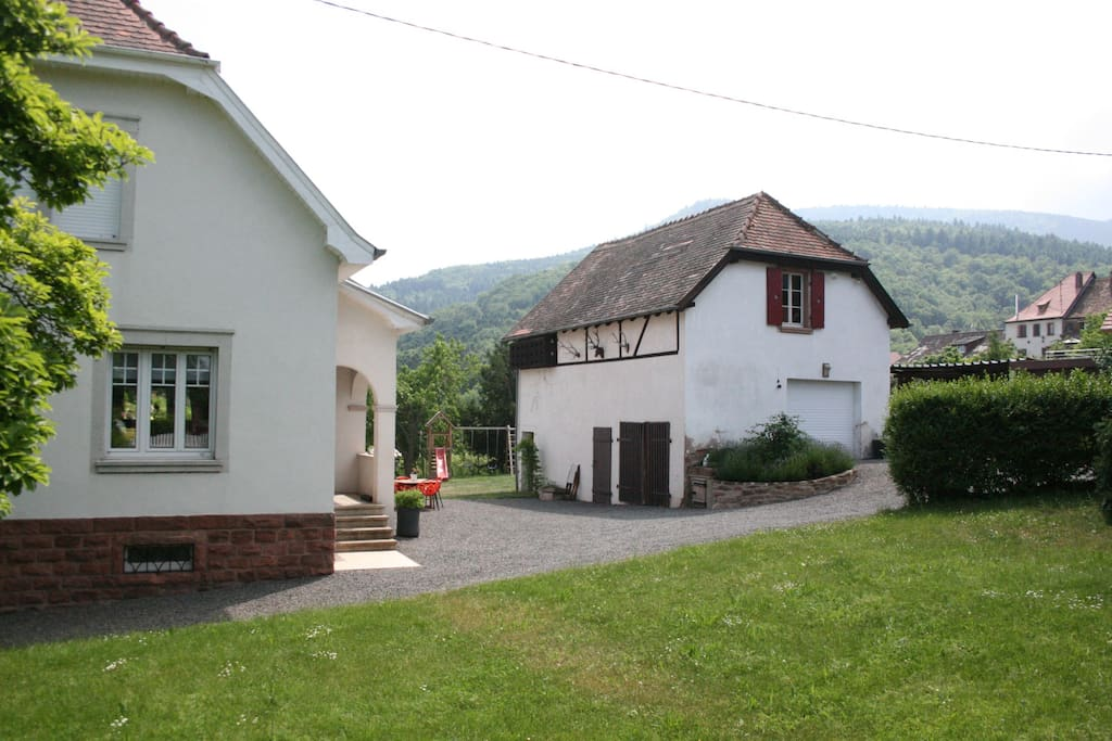 Vue globale de l'avant de la propriété, du jardin avant et de la dépendance