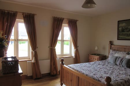 Cosy home in the heart of Ireland. Private parking - House
